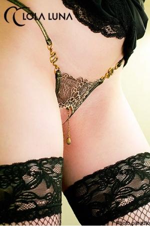String ouvert Eve : String ouvert symbole de la tentation avec ses deux serpents bijou et le fruit tentateur qui caresse le pubis.